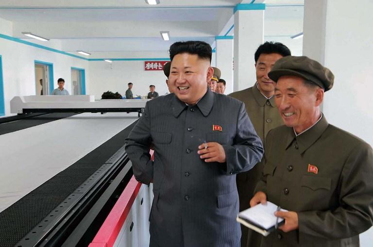 Kim Jong-un sást síðast opinberlega þegar hann heimsótti verksmiðju í Pyongyang.