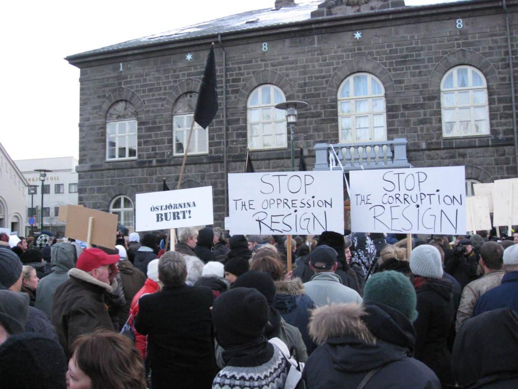 Mótmælendur_við_Alþingishúsið (1)