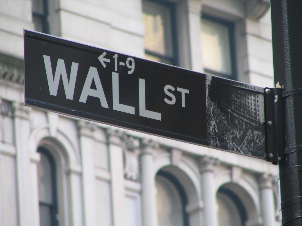 Wall Street, helsta táknmynd markaða í New York. Fjárfestar sem kenndir eru við meginstraum Wall Street eru ekki á sömu línu og Paulson, sem leitar uppi vandamál og rennir að græða á þeim. Mynd: EPA.