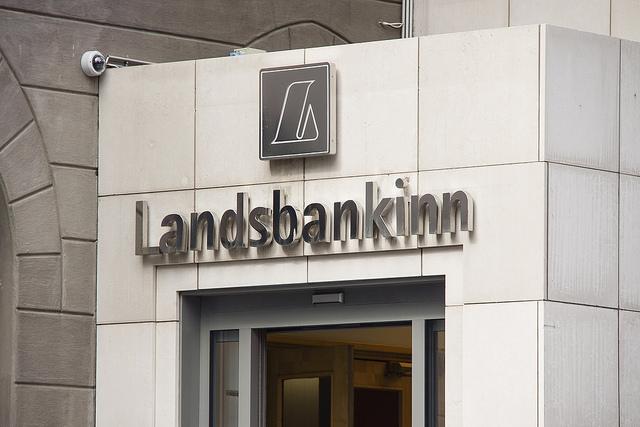 Starfsmenn Landsbankans fá hlut í honum fyrir að standa sig vel við að innheimta tvö lánasöfn.