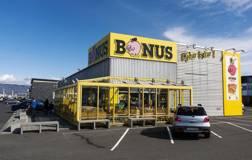 Bónus er stærsta matvöruverslunarkeðja landsins. Alls eru 29 Bónusverslanir reknar um allt land. ÁTVR rekur 49 verslanir.