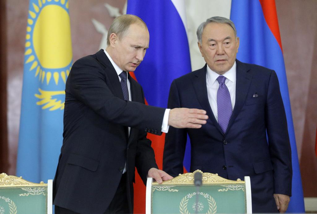Vladimír Pútin fer yfir málin með  Nursultan Nazarbayev, forseta Kasakstan, á fundi Evrasíusambandsleiðtoga á Þorláksmessu.