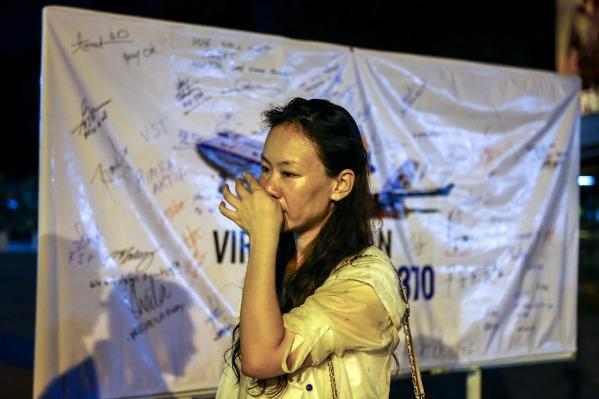 Minningarathöfn um þá sem hurfu með MH 370 fyrir ári var haldin fyrir utan Kuala Lumpur í gær. Kelly Wen missti manninn sinn í slysinu. (MYND/EPA)