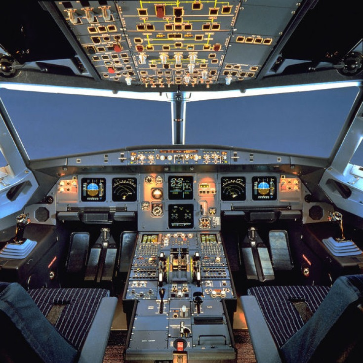 Svona lítur flugstjórnarklefi í Airbus A320 út. (Mynd:EPA)