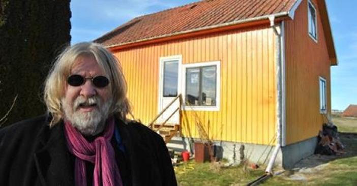 Listamaðurinn Bernth Uhno og umdeilda gula húsið hans í Myllubæ.
