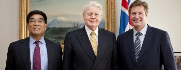 Fu Chengyu, stjórnarformaður Sinopec, Ólafur Ragnar Grímsson, forseti ÍSlands, og Haukur Harðarson, stjórnarformaður Orka Energy í apríl 2012.