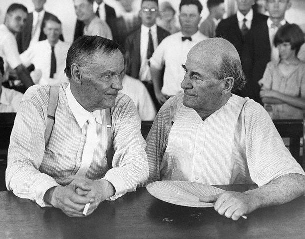 Clarence Darrow og William Jennings Bryan. Darrow var lögmaður Scopes og Jennings Bryan sérfræðingur í Biblíunni sem saksóknari kallaði til.
