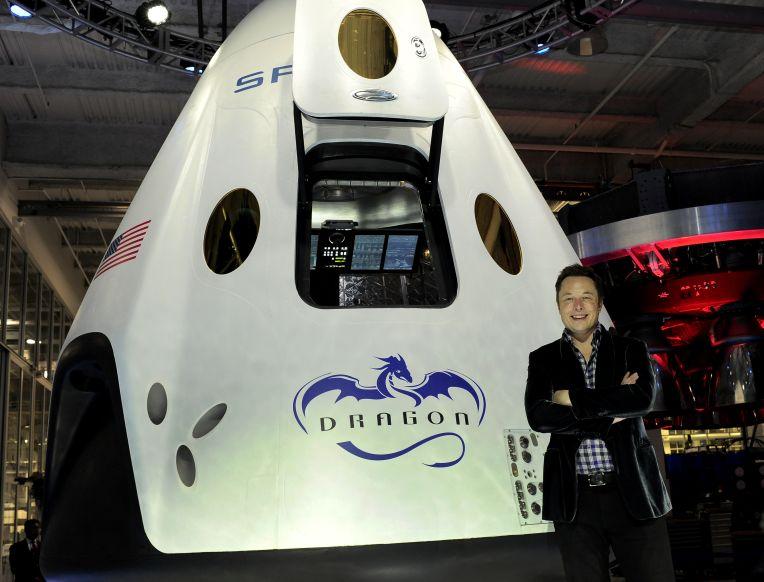 Auðkýfingurinn og frumkvöðullinn við eina af geimflaugum SpaceX. Mynd: EPA