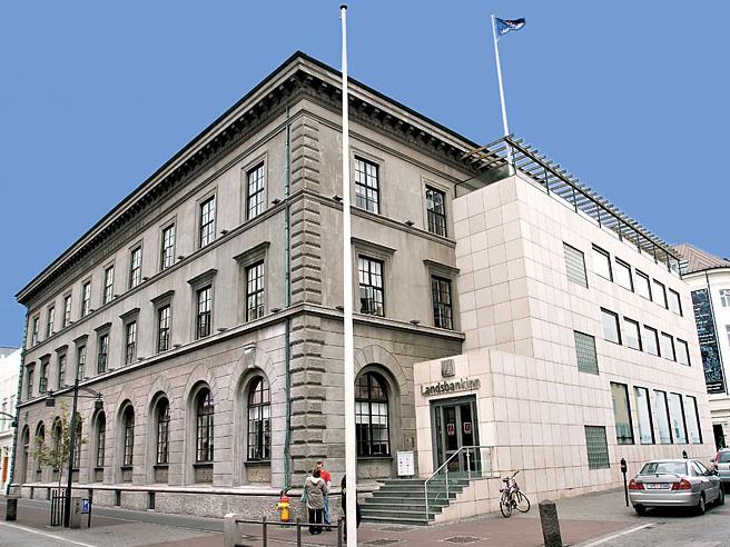 Landsbankinn er endanlegur eigandi Holtavegs 10 ehf. Bankinn á því kaup- og sölurétt á 30 prosent hlut í Húsasmiðjunni.