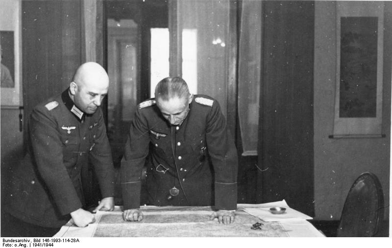 Ernst-August Köstring (til hægri) ásamt Hans Krebs, sem var skipaður aðstoðarmaður varnarmálafulltrúans í Mosvku í október árið 1940. Myndin er tekin í janúar árið 1941 en óvíst er hvort hún sé tekin á Brauðgötu 28. (Bundesarchiv/O.Ang.)