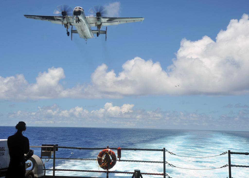 C-2A Greyhound flugvél undirbýr sig til lendingar á bandarísku flugmóðskipi.