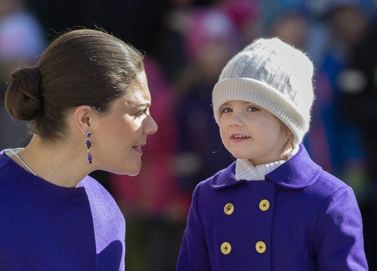 Estelle prinsessa ásamt móður sinni, Viktoríu krónprinsessu. Mynd: EPA