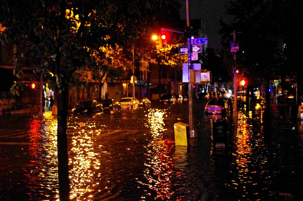 Umflotin stræti eftir fellibylinn Sandy árið 2012.